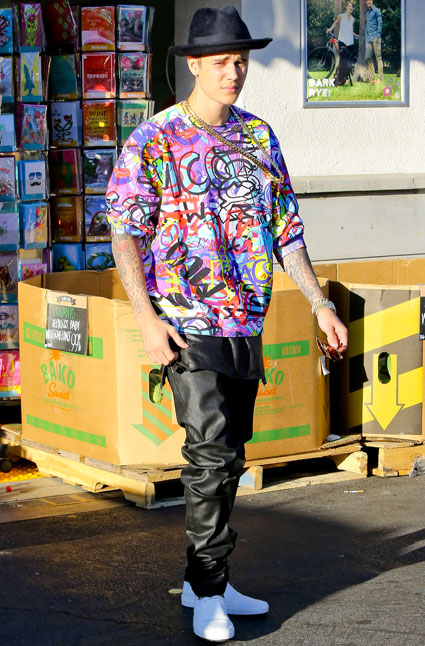 Justin Bieber wears an EXTREMELY jazzy shirt in LA - Is it ...