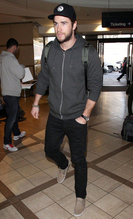 Liam Hemsworth hops off a plane at LAX looking outrageously fit - Liam Hemsworth images - sugarscape.com