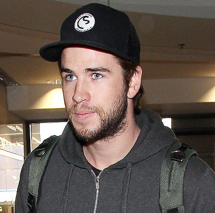 Liam Hemworth hops off a plane at LAX looking ridiculously fit - Liam Hemsworth images - sugarscape.com