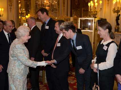 niall horan meets the queen - niall horan images - sugarscape.com