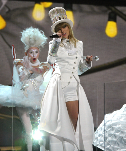 Taylor Swift and Ed Sheeran and Elton John perform at the 2013 Grammys - PICS