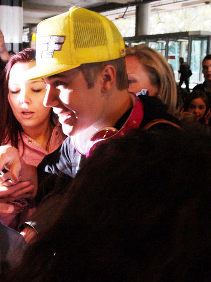 justin bieber at london airport