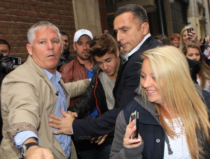 Justin Bieber gets mobbed outside hotel