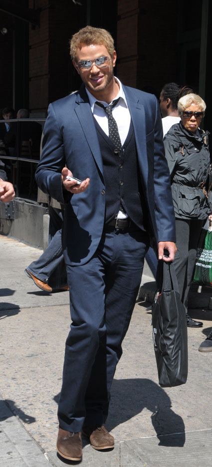 Twilight's Kellan Lutz looking hot in Manhattan