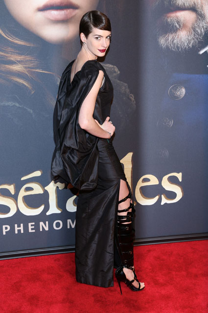 anne hathaway black dress les mis premiere new york