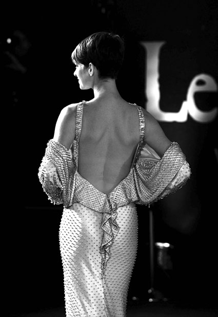 anne hathaway backless dress les miserables uk premiere