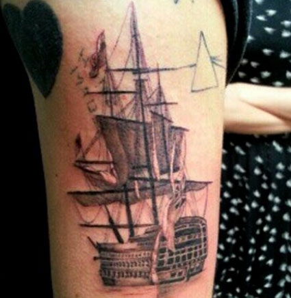 Taylor Swift holds Harry Styles hand as he gets new boat tattoo in LA - PICS