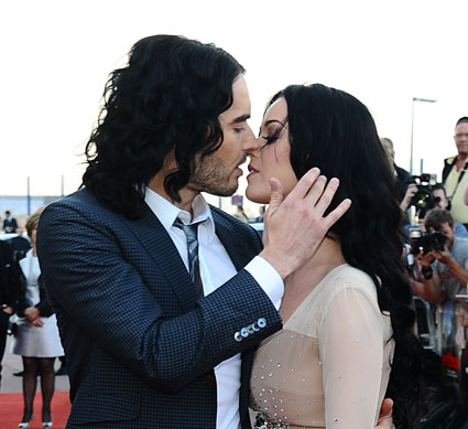 katy perry and russell brand kissing