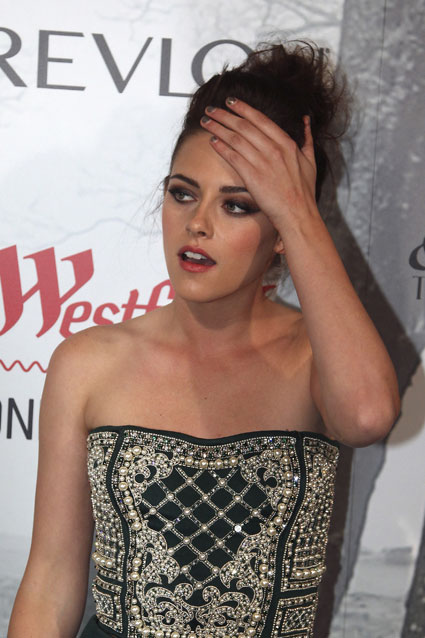 kristen stewart spotted trying on engagement rings