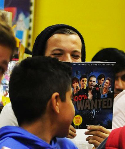 Louis Tomlinson reading the wanteds book