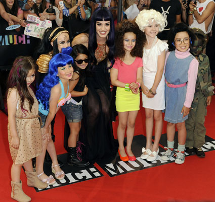 akty perry and her mini mes on red carpet at muchmusic awards