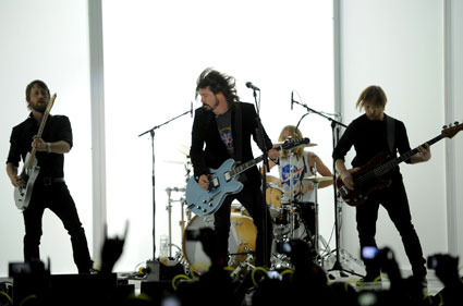foo fighters to play reading and leeds festivals 2012