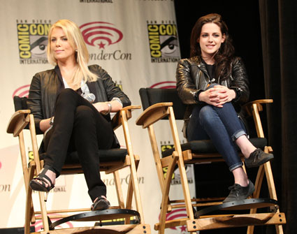 kristen stewart wears boyfriend robert pattinsons top to press conference with charlize theron