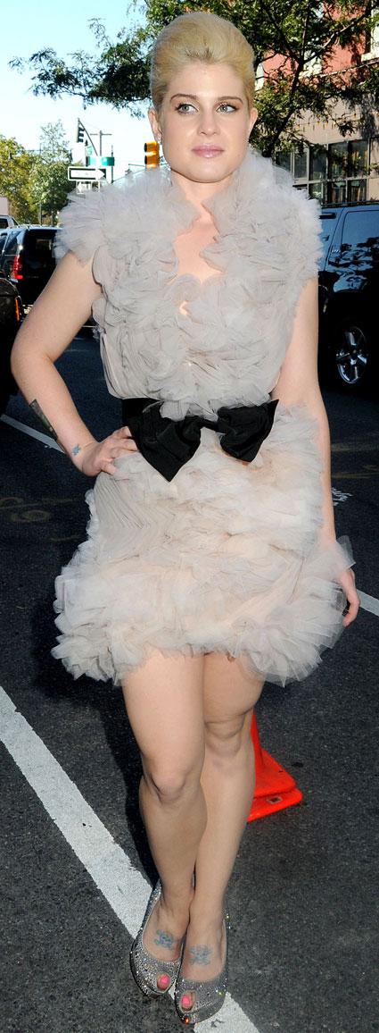 Kelly Osbourne usando babado nos ombros