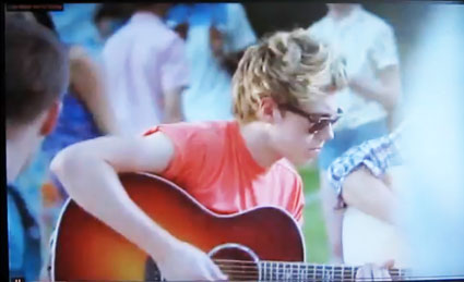 one directin live while we're young niall horan guitar